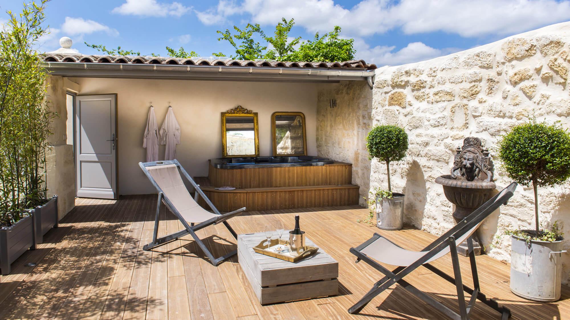 Terrasse ensoleillée avec Jacuzzi et champagne au Clos Marcamps en Aquitaine