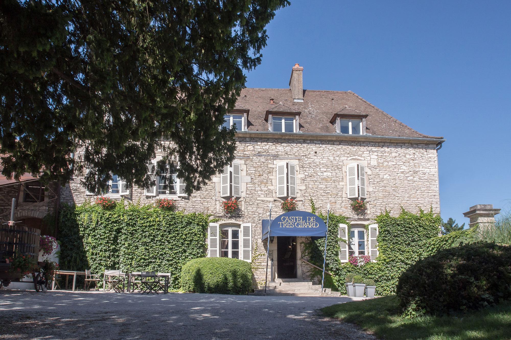 Façade extérieure de l'hôtel Le Castel de Très Girard, en Bourgogne, près de Dijon