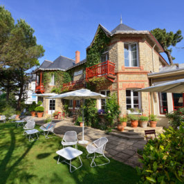 Façade extérieure et terrasse ensoleillée de l'hôtel Saint-Christophe à La Baule