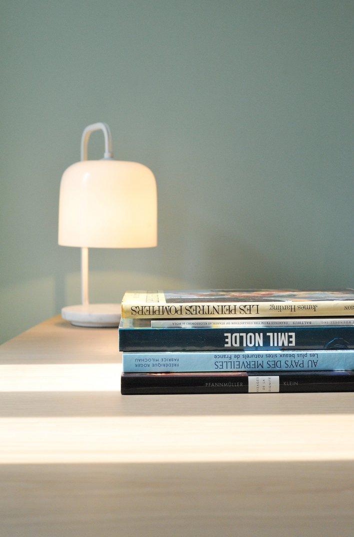 Lampe de bureau et livres d'une chambre à l'hôtel Saint-Christophe à La Baule