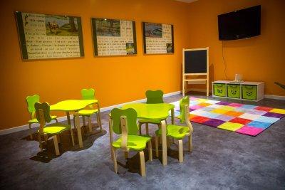 Salle de jeux colorée lors d'un week-end en famille proposée par le Domaine de la Corniche en Normandie près de Giverny