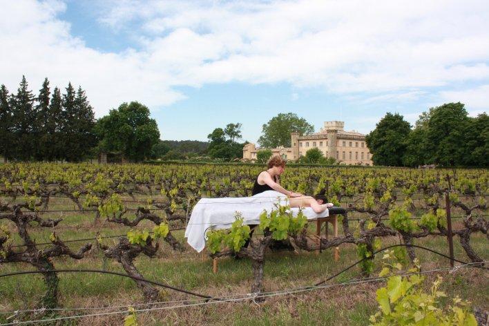 Personne en train de se faire masser au coeur des vignes à la Villa Baulieu en Provence