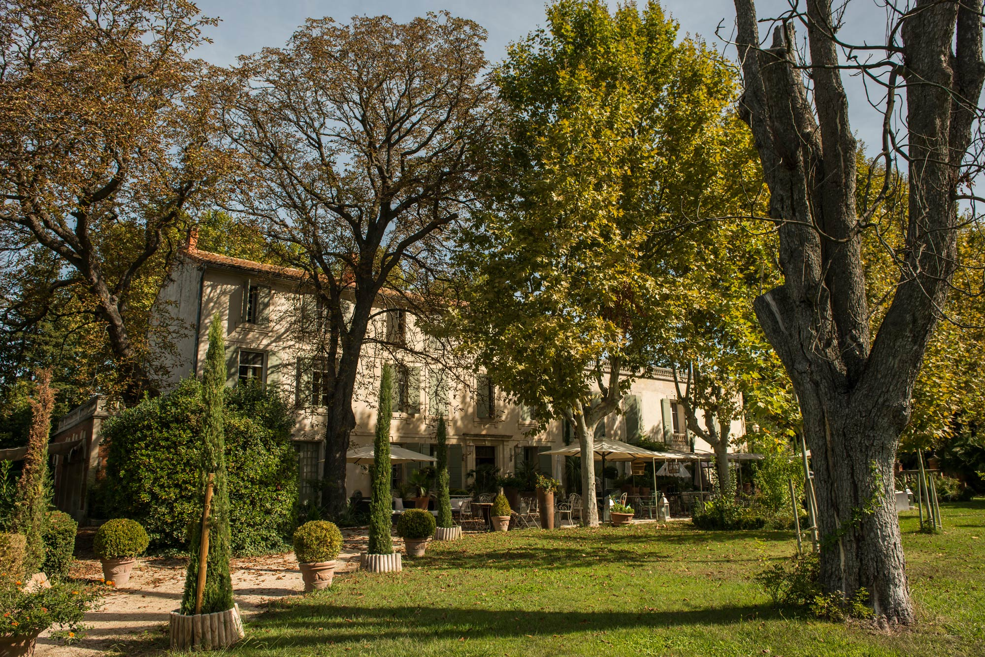 Promenade dans les jardins du Mas Saint-Florent près d'Arles