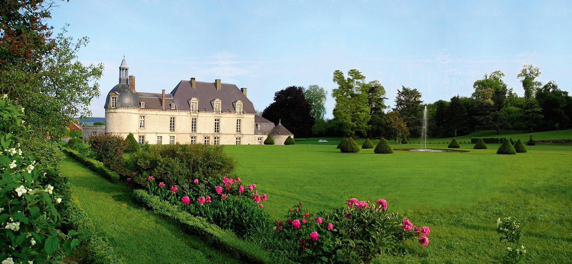 Vaste jardin fleuri et façade extérieure du Château d'Etoges près de Reims