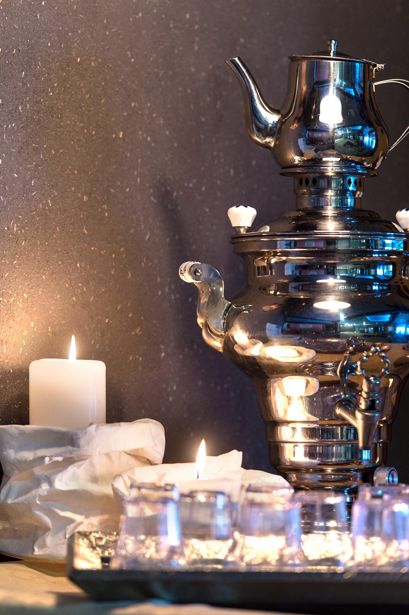 Plateau contenant des bougies romantiques &allumées et une théière traditionnelle