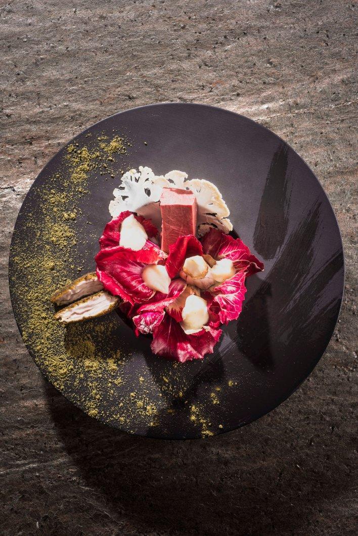 Assiette contenant une recette gourmande aux couleurs vives réalisée dans le restaurant italien Piccolo Lago