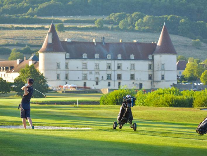 Joueurs en train de golfer sur le vaste parc de l'Hôtel Golf Château de Chailly en Bourgogne