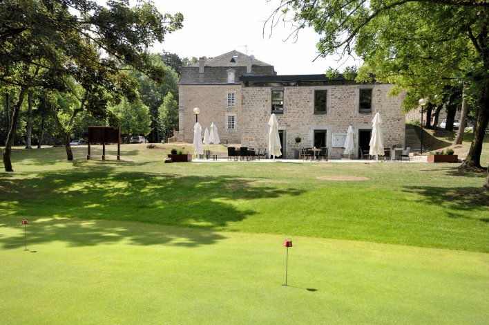 Terrain de golf, situé à proximité de la terrasse de restaurant du Domaine de Barres en Languedoc-Roussillon