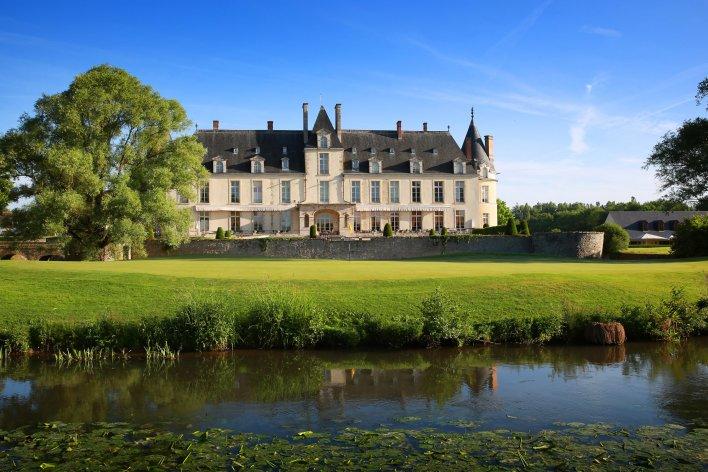 Plan d'eau, parc arboré et façade extérieure du Château Golf & Spa d'Augerville près de Fontainebleau
