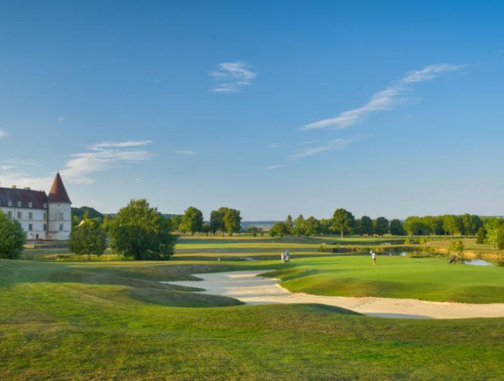 Vaste parc autour de l'Hôtel Golf Château de Chailly dans lequel des joueurs sont en train de golfer