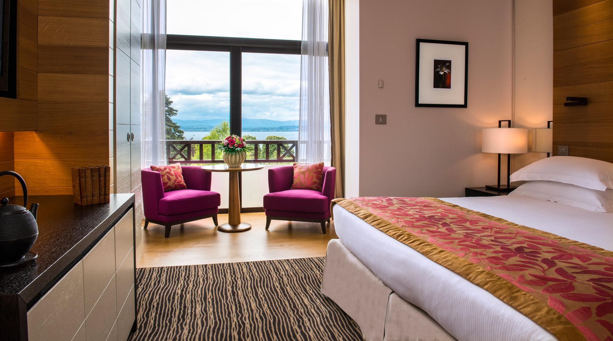 Chambre moderne et romantique proposée à l'Chambre à lHôtel Ermitage - Evian Resort avec vue sur le parc