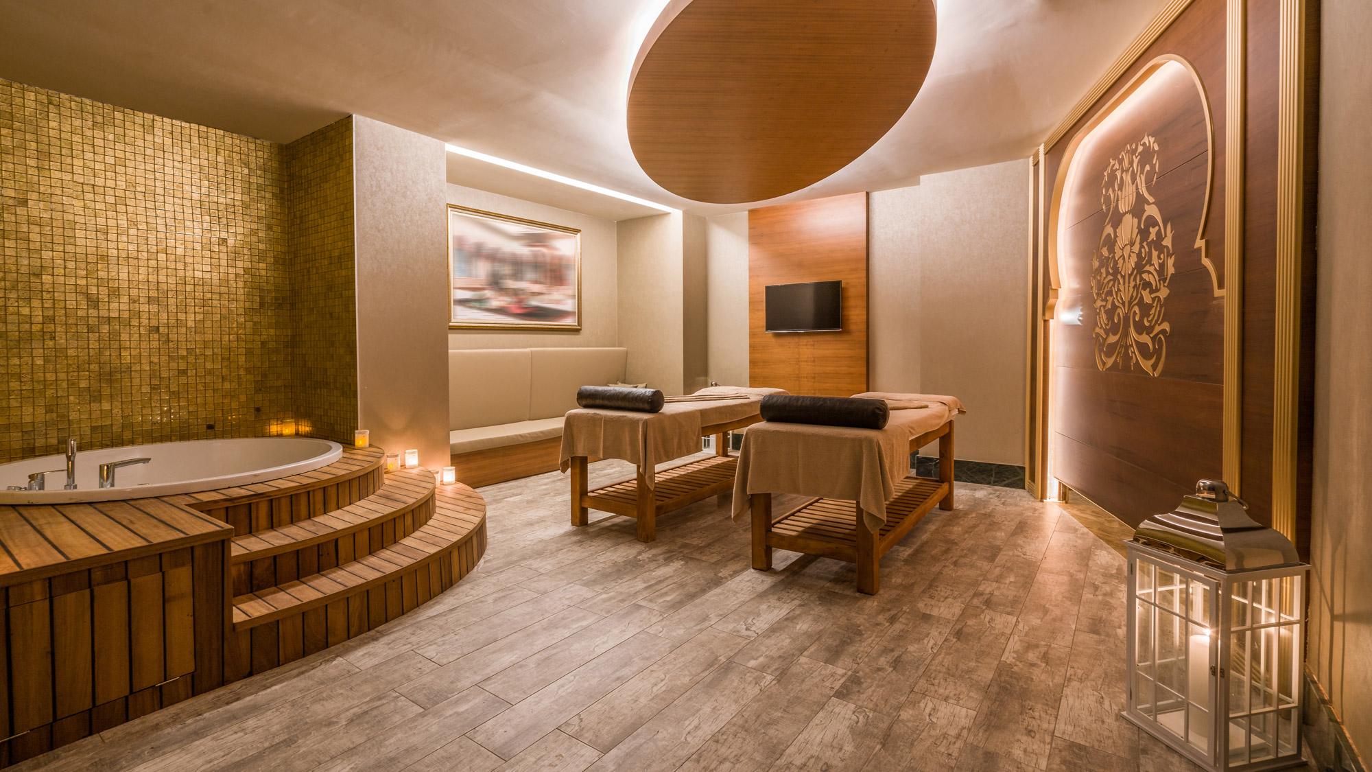 Salle de Spa avec baignoire, 2 tables de massage, écran TV