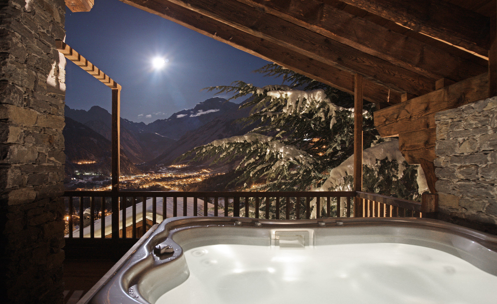 Paysage de nuit avec jacuzzi privatif proposé dans une des chambres du Mont Blanc Hôtel en Italie