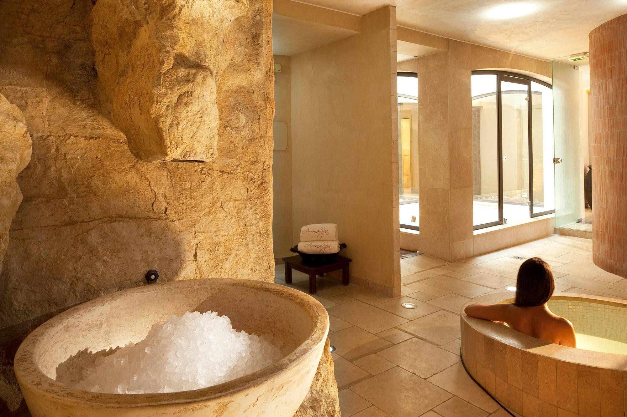 Jeune femme en train de se baigner et de profiter des bienfaits de l'aromathérapie en Provence