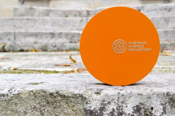 Coffret cadeau orange posé sur de la vieille pierre