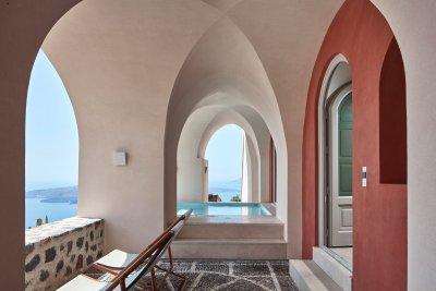 Patio avec voûtes en forme d'ogive avec vue sur mer bleu turquoise et piscine abritée