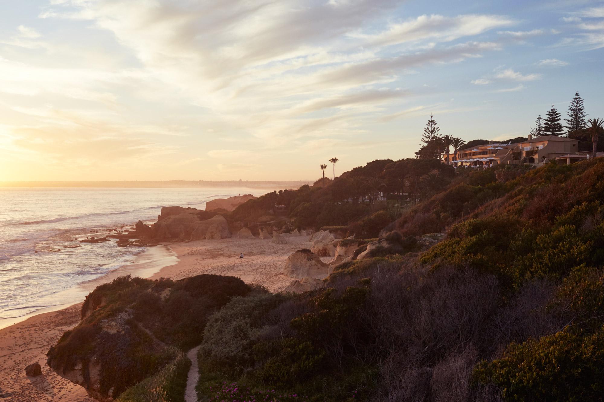 Hôtel atypique installé sur une falaise portugaise avec vue sur l'océan et la plage