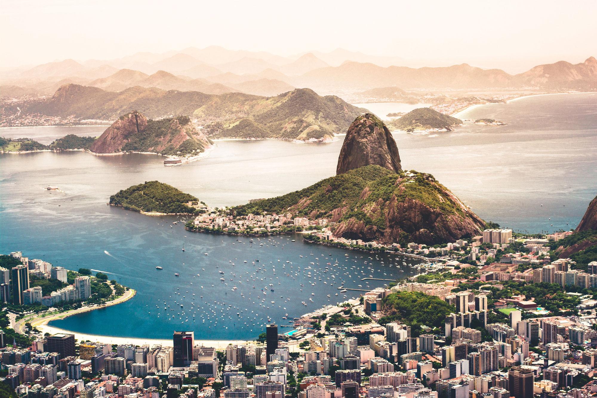Paysage brésilien avec montagne, mer et ville