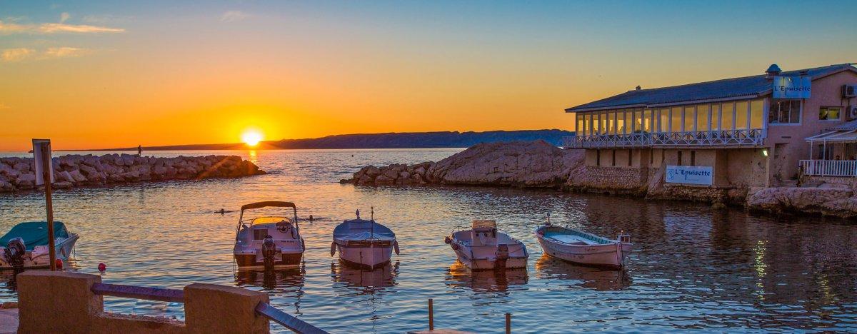 Coucher de soleil sur la Mer Méditerranée avec à flanc de rocher le restaurant marseillais L'Epuisette