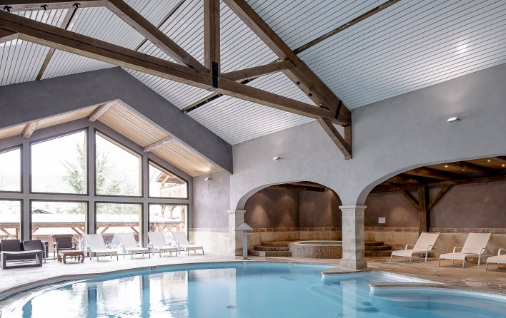 Piscine couverte face à une baie vitrée donnant sur les Vosges