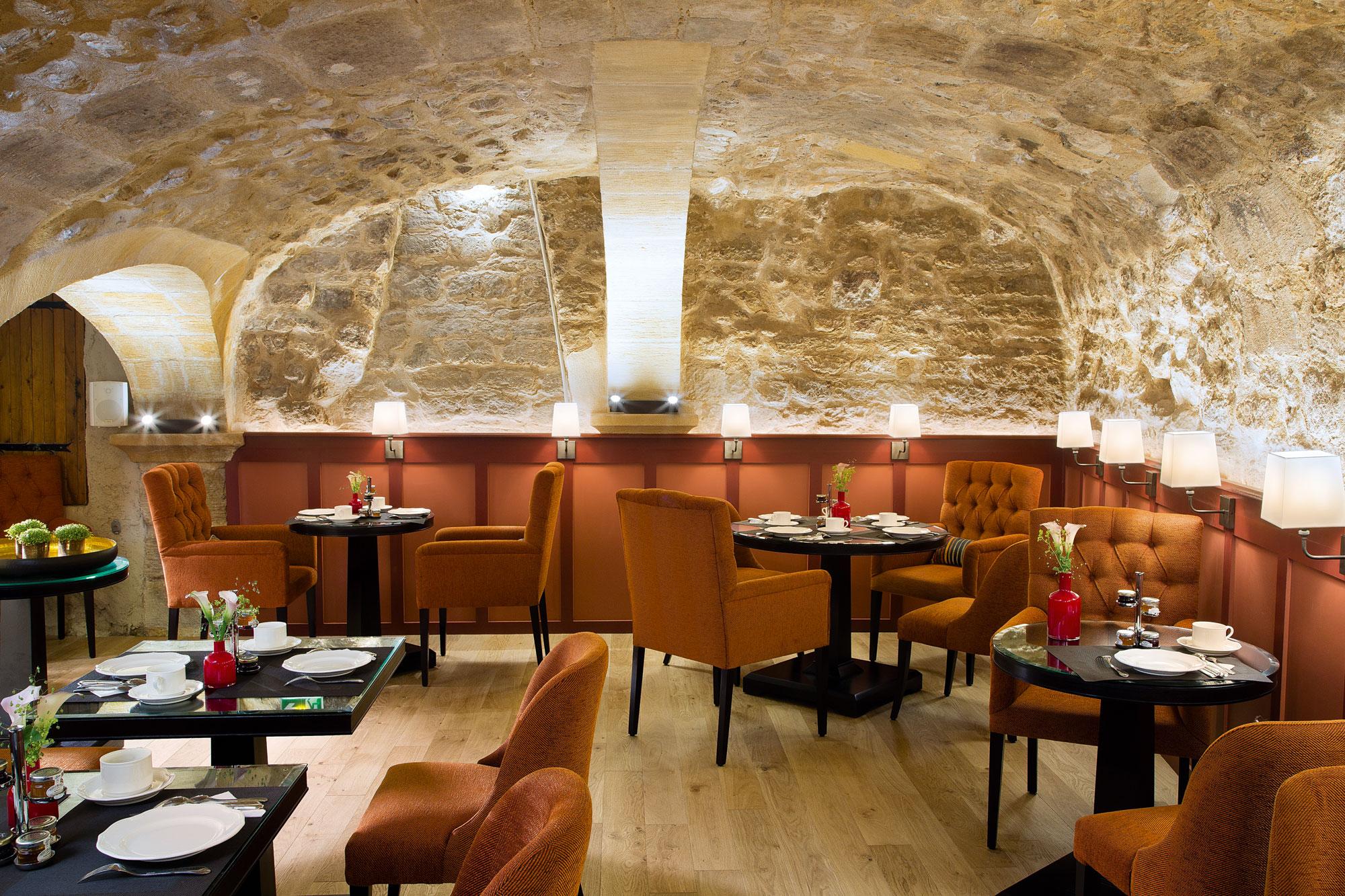 Salle de restaurant romantique dans une cave voûtée,
