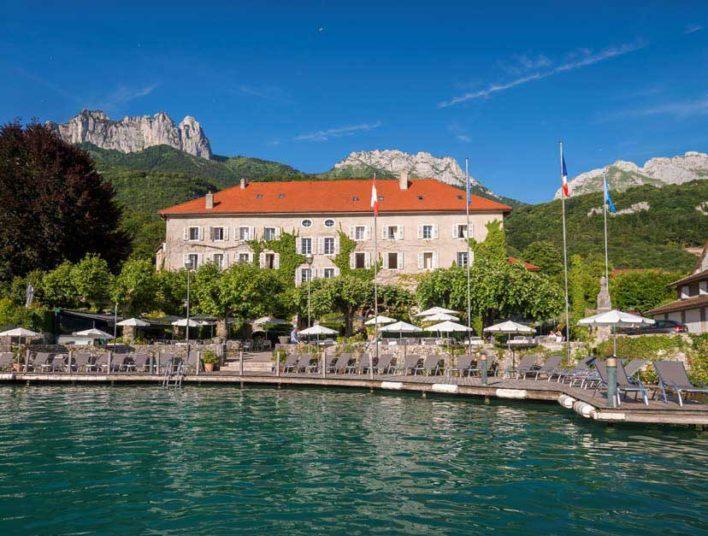 Façade d'un hôtel situé au bord du lac d'Annecy