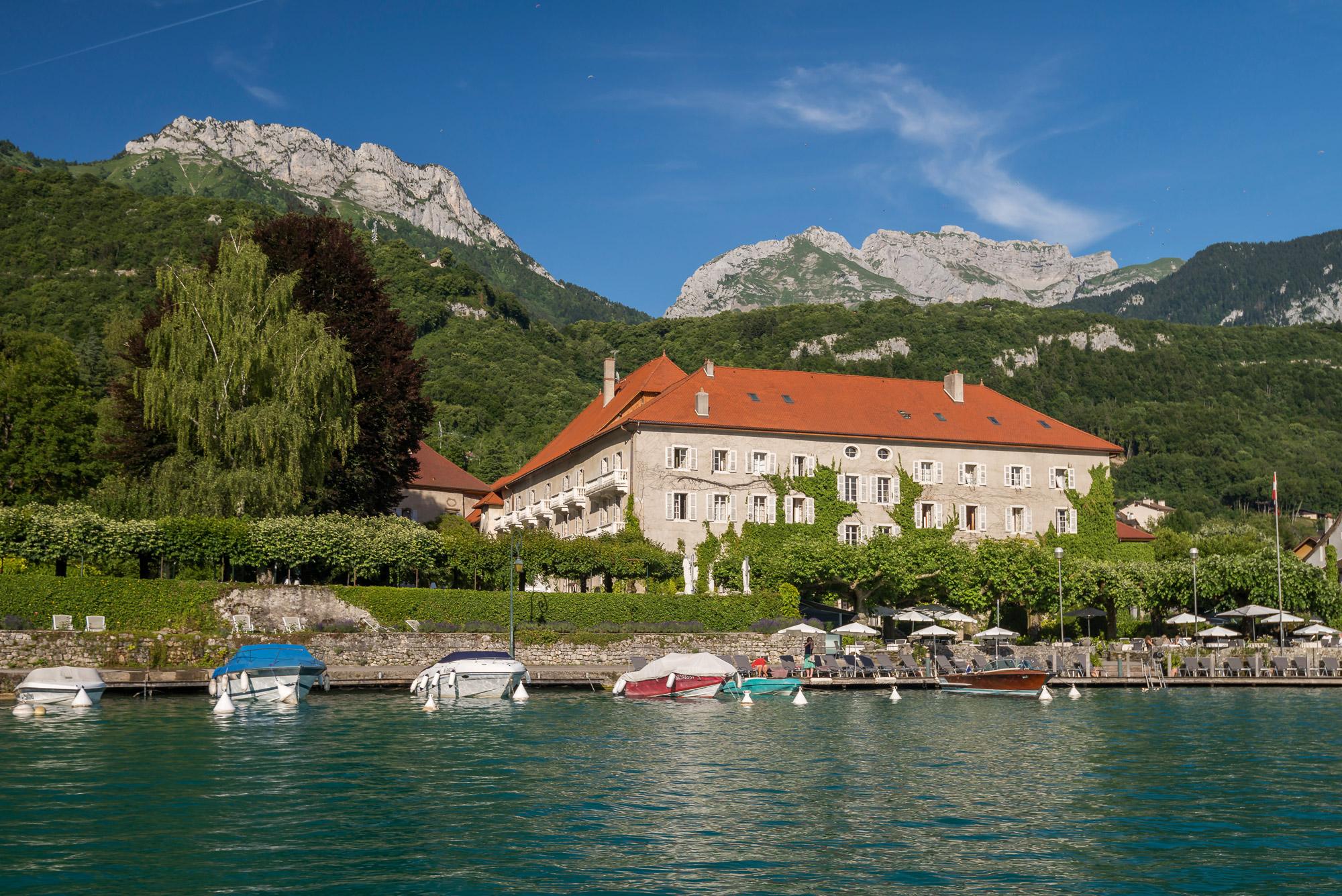 Façade d'hôtel en bord du lac d'Annecy