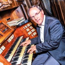 Bruno Maurel, devant le grand orgue de la cathédrale d'Angers