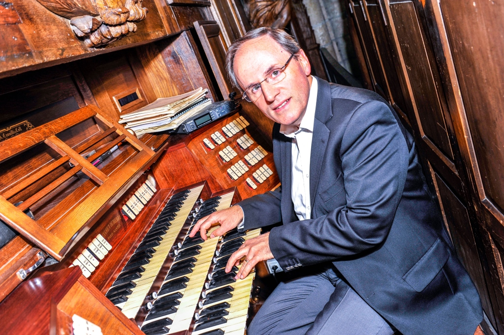 Bruno Maurel, devant le grand orgue de la cathédrale d'Angers