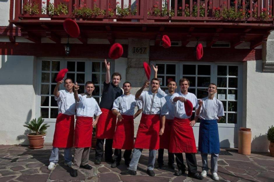 Photos de groupes des restaurateurs de l'Hôtel Ithurria devant les portes du restaurant