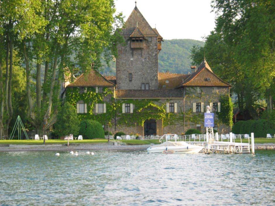 Façade du château de Coudrée face au lac du domaine