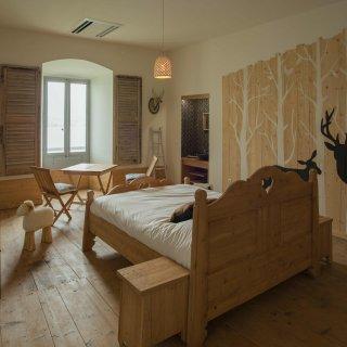 Chambre décorée avec des stickers de cerfs aux murs