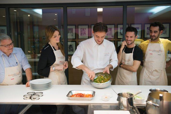 5 personnes réunies dans une cuisine pour assister à un cours de cuisine renommé