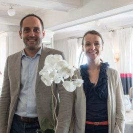 Couple dans la vie et dans le travail pris en photo dans la salle de restaurant de leur établissement