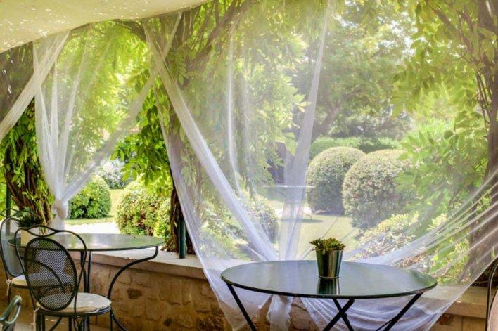 Terrasse du restaurant avec une vue sur le jardin