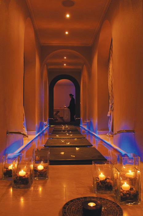 Spa, couloir en marbre, lumière tamisée, bougies