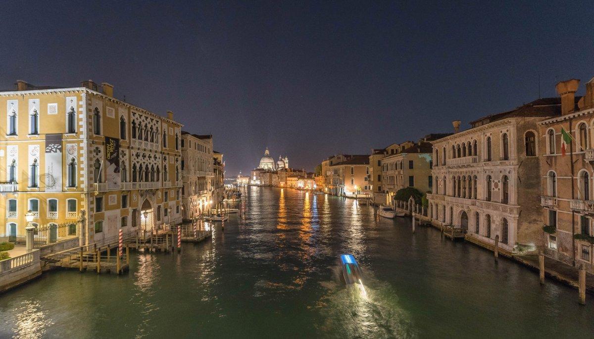 Venise vue de nuit avec vaporetto en mouvement