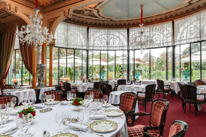 Salle de restaurant chic avec grand baie vitré en rotonde