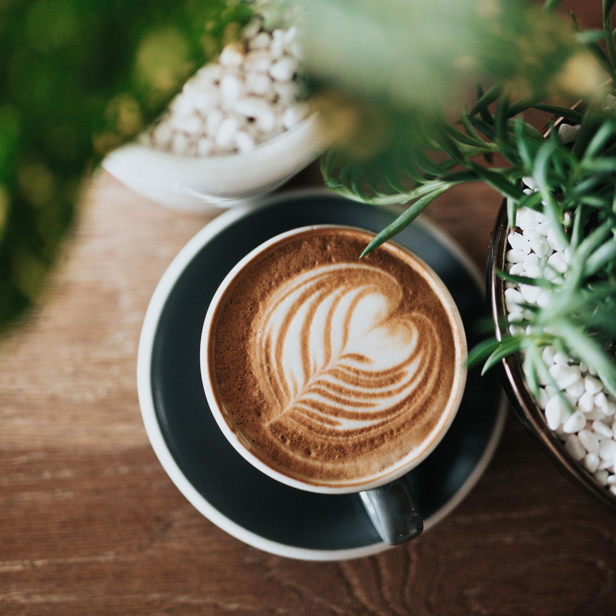 Tasse de cappuccino avec mousse en forme de coeur au-dessus