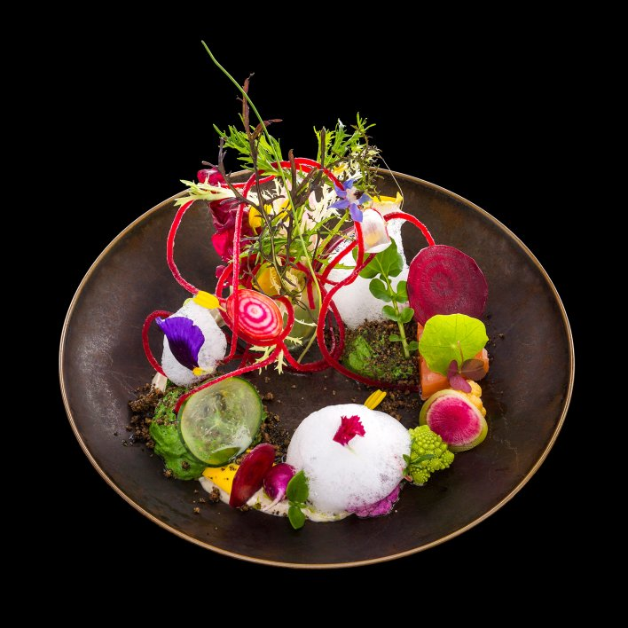 Photo artistique mettant en scène un plat de chef aux notes colorées