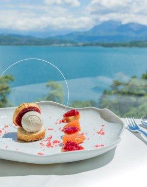 Dessert estival composé de boule de glace et de fruits frais