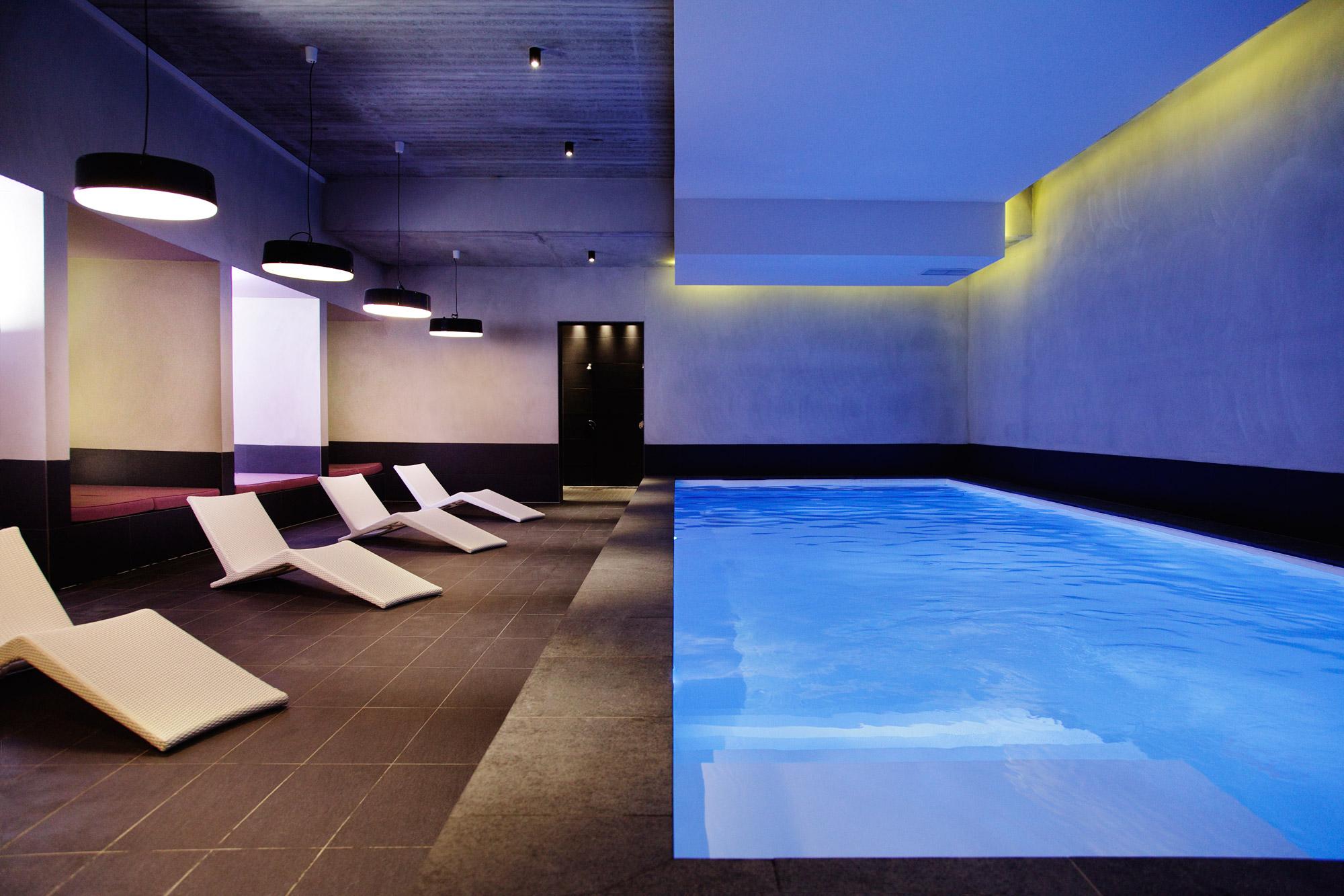 Vaste espace détente avec piscine intérieure