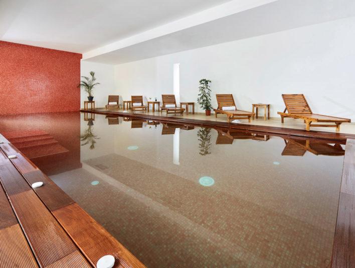 Magnifique spa avec fauteuils en teck tout autour pour se délasser