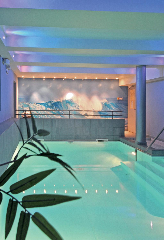 Salle de Spa moderne avec en toile de fond une photo de vagues agitées