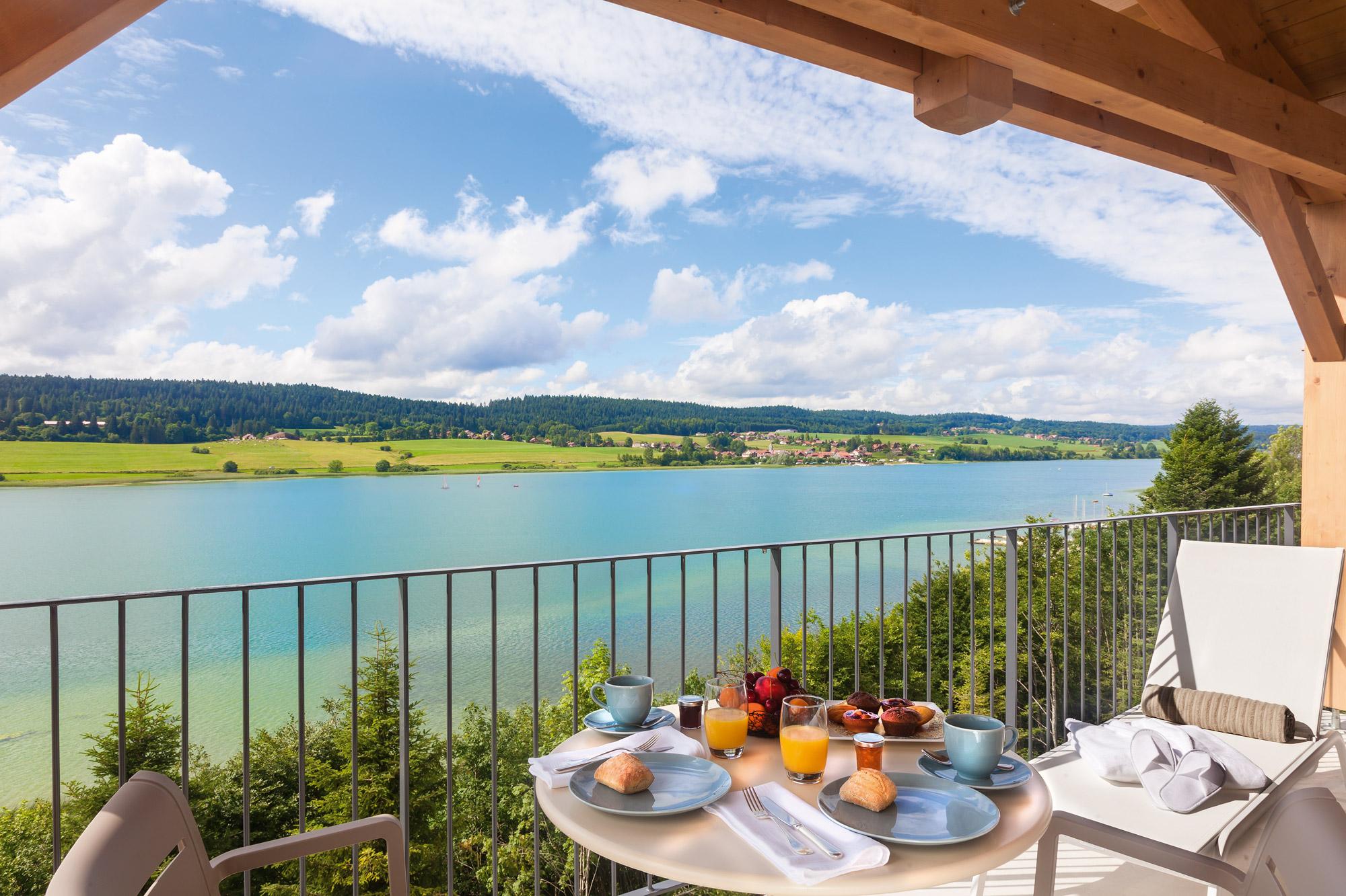 Petit-déjeuner convivial servi en terrasse avec vue splendide sur le Lac Saint Point