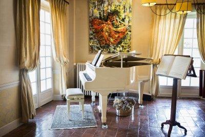 Piano blanc au coin d'un salle devant pupitre