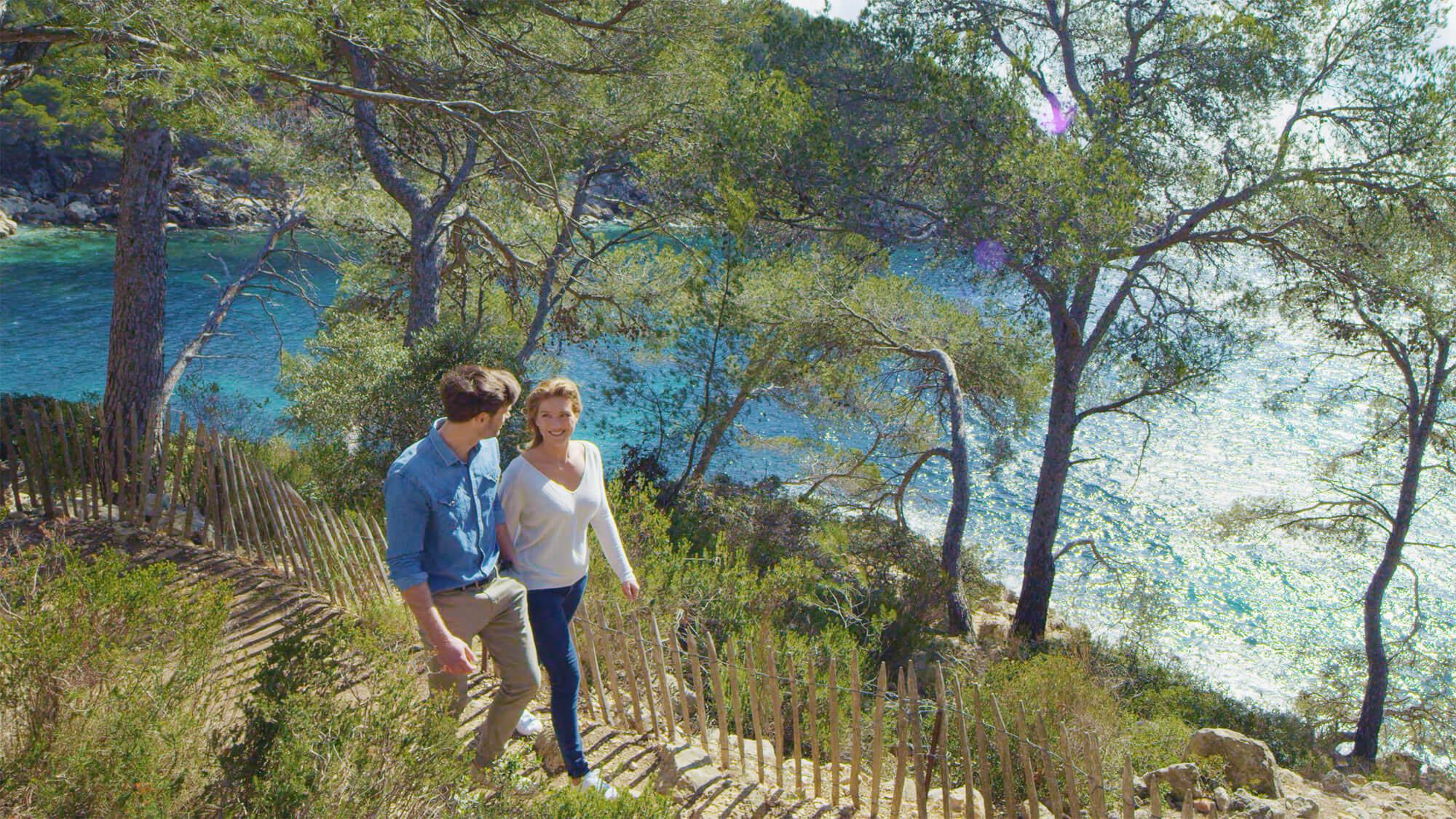 Couple de trentenaires en train de se balader en amoureux en provence
