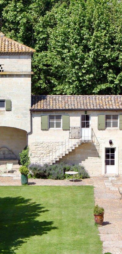 Cours intérieure, façade d'une bâtisse typique provençale avec tuile orange sur le toit