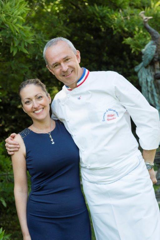 couple femme en robe bleue marine à gauche et homme en tenue de chef à droite