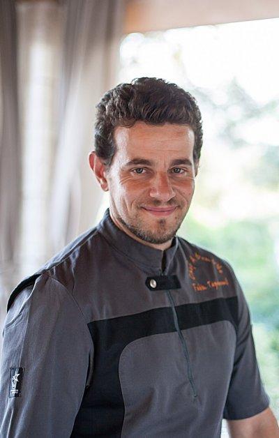 Portrait d'un chef en blouse grise